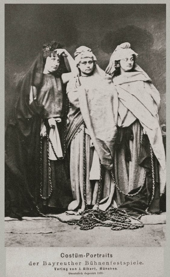 Nornirnar þrjár í Bayreuth 1876. Ljósm. Joseph Albert. Ú: Herbert Barth o.fl.:Wgner, A Documentary Study, London 1975, mynd 222.